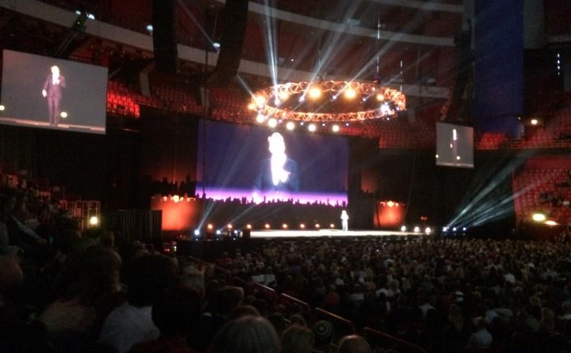 Eddie Izzard på scen i Globen de 2 maj 2015. Foto: CC-BY Per Hård af Segerstad