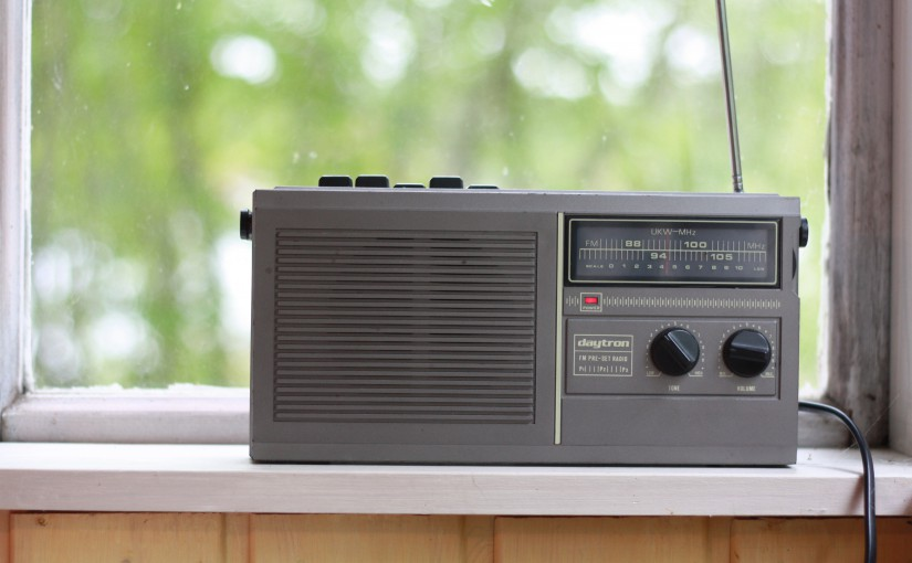 Sommarpratarna avnjuts bäst på riktig radio, med en kopp kaffe i handen, gärna på sommarstället. Foto: CC-BY Per Hård af Segerstad