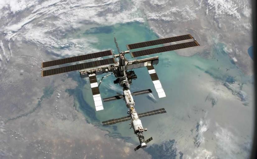 ISS fotograferad från Discovery (STS-114) efter att rymdfärjan kopplat loss från rymdstationen. Foto: nasa.gov