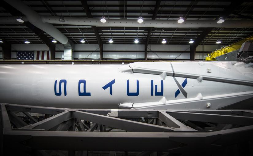 SpaceX:s Falcon 9-raket i företagets hangar på Cape Canaveral 14 juli 2014, innan första uppdraget i ORBCOMM OG2. Foto: SpaceX