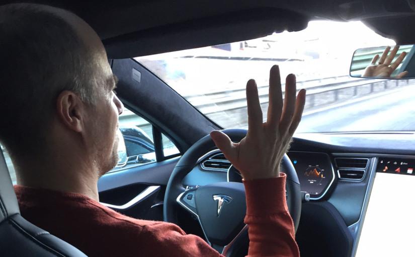 """""""Look, no hands!"""" Autopiloten är bara en av många oerhört fascinerande detaljer i Teslas flaggskepp P85D. Foto: Joel Papmehl"""