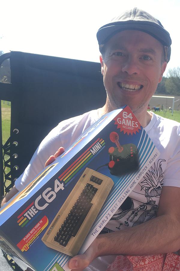Bilden visar mig (Per) när jag precis öppnat födelsedagspresenten med en C64 Mini i. Jag är väldigt glad.
