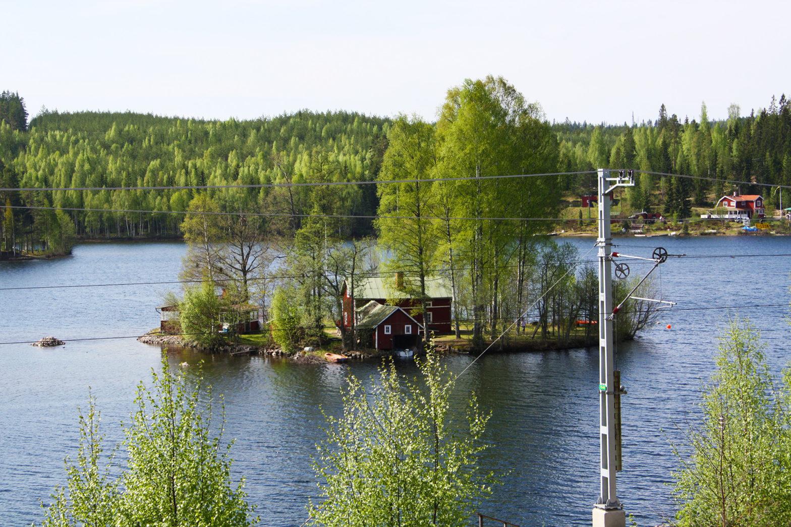 Utsikt över Linön från landsidan med järnvägen i förgrunden.